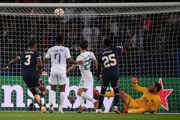 Tình huống bỏ lỡ ảo tung chảo trong trận Messi ghi bàn: Cầu thủ Man City đá vào xà ngang dù trước mặt chỉ còn lưới trống - Ảnh 2.