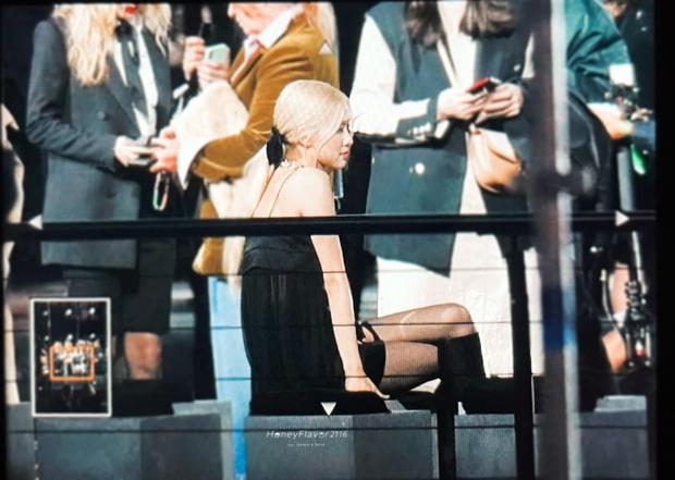 Rosé có công mặc sexy chịu đựng cái lạnh 14 độ tại Paris thì fan cũng góp sức hát vang On The Ground tưởng đang đi concert - Ảnh 6.
