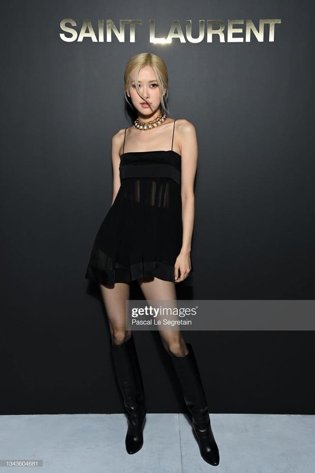 Rosé có công mặc sexy chịu đựng cái lạnh 14 độ tại Paris thì fan cũng góp sức hát vang On The Ground tưởng đang đi concert - Ảnh 1.