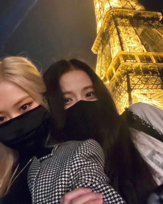 Rosé (BLACKPINK) đi Fashion Week mà cũng lộ hint hẹn hò Mark (GOT7) ở Paris, đàng trai bỗng có động thái bất ngờ - Ảnh 2.