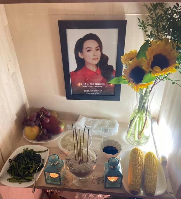 Em trai ruột cố ca sĩ Phi Nhung lập bàn thờ, cắt cả ruột gan đội tang chị ở Mỹ, lời tiễn biệt gây xúc động - Ảnh 2.