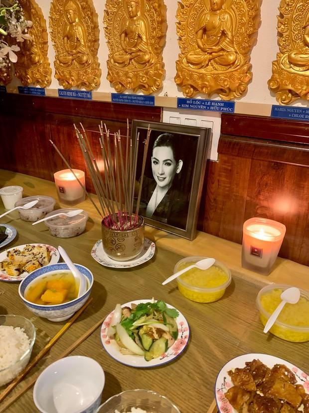 Lễ cầu siêu cho Phi Nhung tại Mỹ: Con gái suy sụp trước di ảnh mẹ, Trizzie Phương Trinh, Hồng Đào có mặt chia buồn - Ảnh 4.