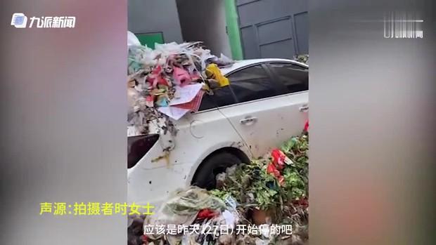 Đỗ xe bừa bãi trước khu tập thể, chủ xe nhận cái kết đắng ngắt vì bị cả xóm trưng dụng làm xe rác - Ảnh 2.