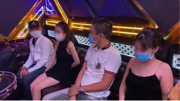 """8 """"dân chơi"""" nam nữ phê ma túy bỏ chạy tán loạn khi công an ập vào quán karaoke kiểm tra - Ảnh 1."""