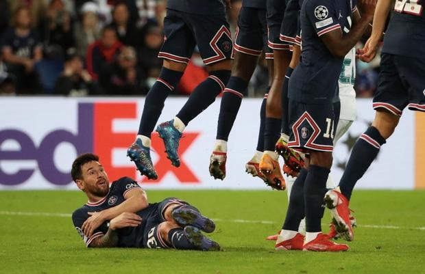 Neymar cười đau ruột vì Messi phải nằm bò dưới sân làm hàng rào tới 2 lần - Ảnh 3.