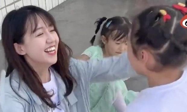 """""""Cô giáo thôn nữ đẹp nhất Trung Quốc"""" bị tố gian lận từ thiện, không lâu sau liền lên tiếng thừa nhận một hành động trái pháp luật - Ảnh 2."""