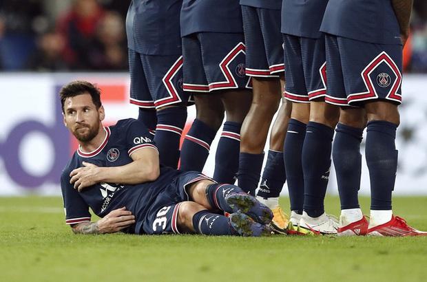 Neymar cười đau ruột vì Messi phải nằm bò dưới sân làm hàng rào tới 2 lần - Ảnh 1.