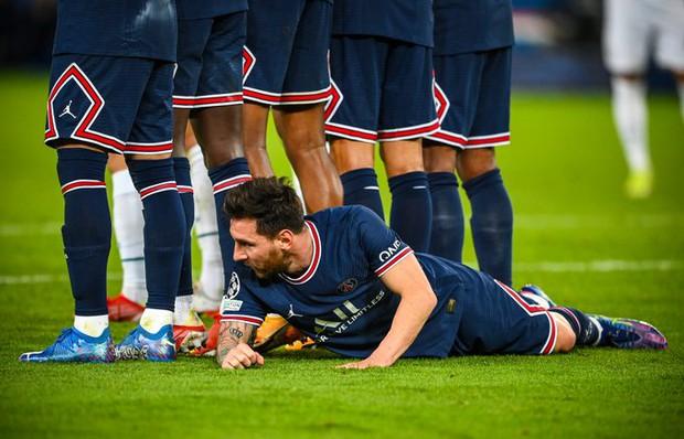 Neymar cười đau ruột vì Messi phải nằm bò dưới sân làm hàng rào tới 2 lần - Ảnh 2.