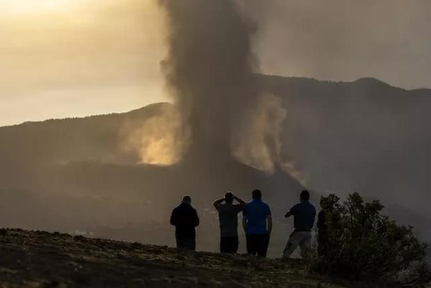 Tây Ban Nha tuyên bố vùng thảm họa do núi lửa phun trào và cam kết hỗ trợ khẩn cấp ở La Palma - Ảnh 1.