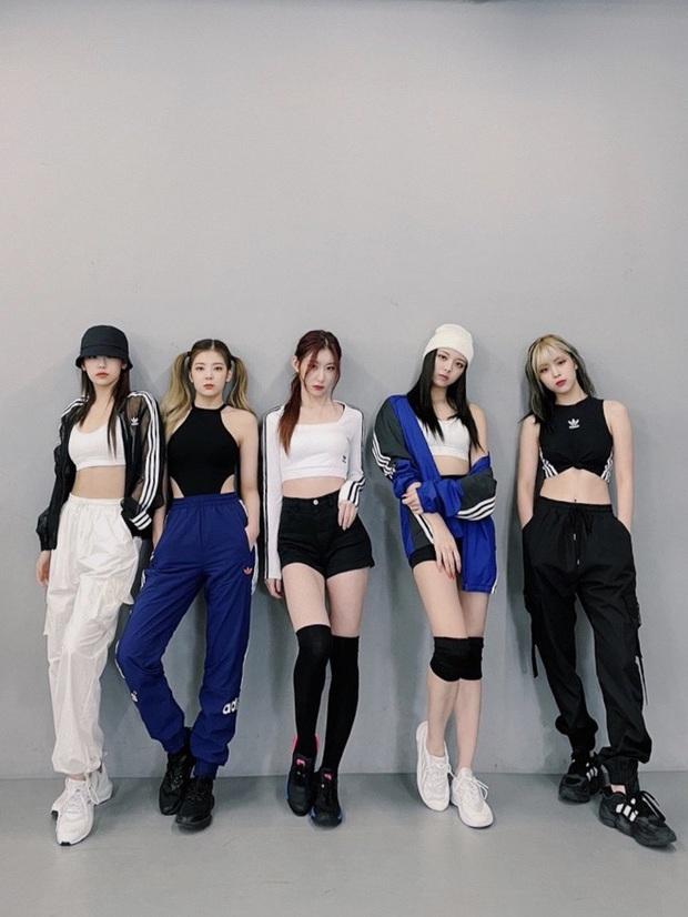 5 thành viên ITZY so kè một động tác: Mỗi người đẹp một vẻ, riêng hố đen Lia vẫn gây trái chiều - Ảnh 1.
