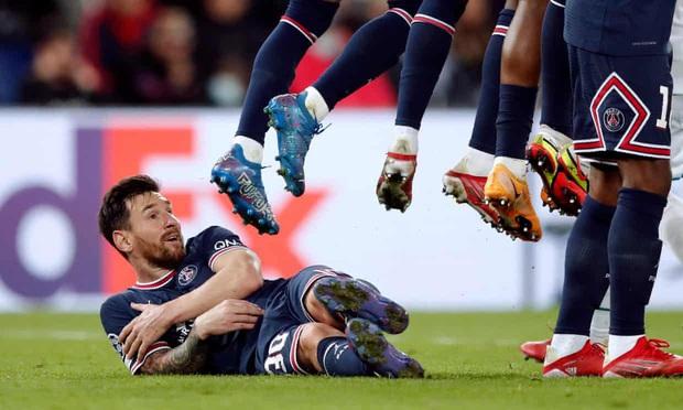 Góc nhìn: Khi Messi cúi xuống, cả thế giới cúi theo! - Ảnh 1.