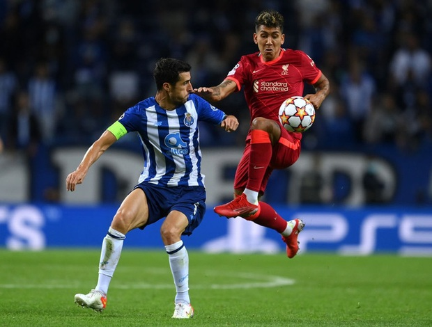 Pha ghi bàn hài hước nhất Champions League đêm qua: Thủ môn lạch bạch đuổi bóng như lùa vịt trong vô vọng - Ảnh 1.