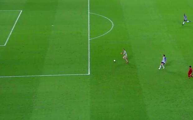 Pha ghi bàn hài hước nhất Champions League đêm qua: Thủ môn lạch bạch đuổi bóng như lùa vịt trong vô vọng - Ảnh 2.