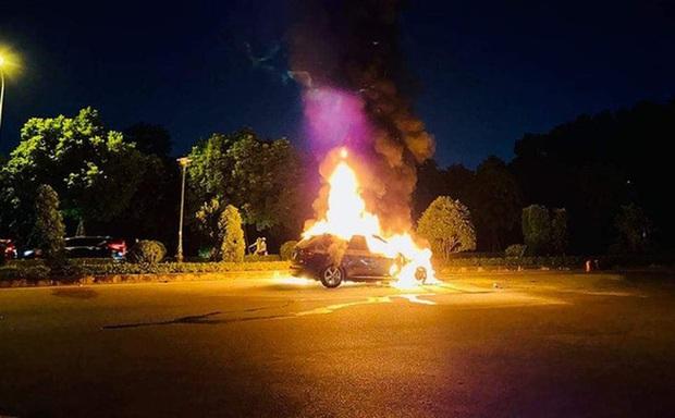 Hà Nội: Xe BMW bốc cháy dữ dội, 3 người bên trong may mắn thoát nạn - Ảnh 1.