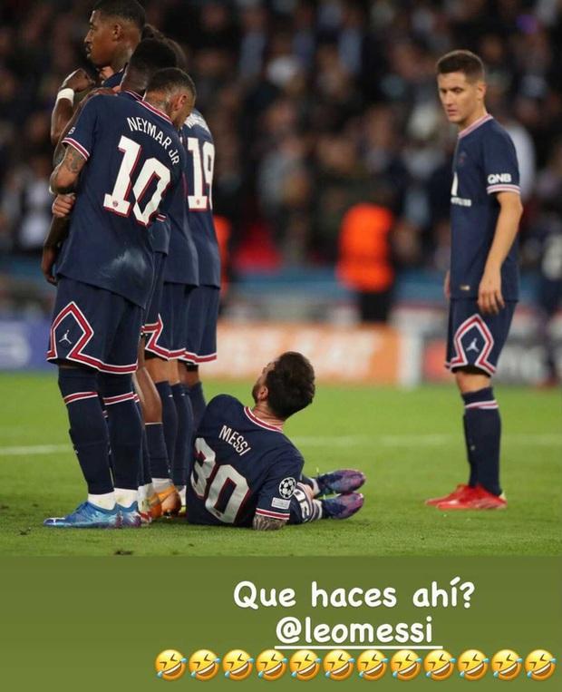 Neymar cười đau ruột vì Messi phải nằm bò dưới sân làm hàng rào tới 2 lần - Ảnh 4.