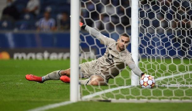Pha ghi bàn hài hước nhất Champions League đêm qua: Thủ môn lạch bạch đuổi bóng như lùa vịt trong vô vọng - Ảnh 3.