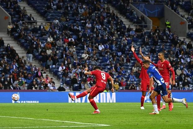 Pha ghi bàn hài hước nhất Champions League đêm qua: Thủ môn lạch bạch đuổi bóng như lùa vịt trong vô vọng - Ảnh 5.