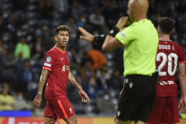 Pha ghi bàn hài hước nhất Champions League đêm qua: Thủ môn lạch bạch đuổi bóng như lùa vịt trong vô vọng - Ảnh 6.