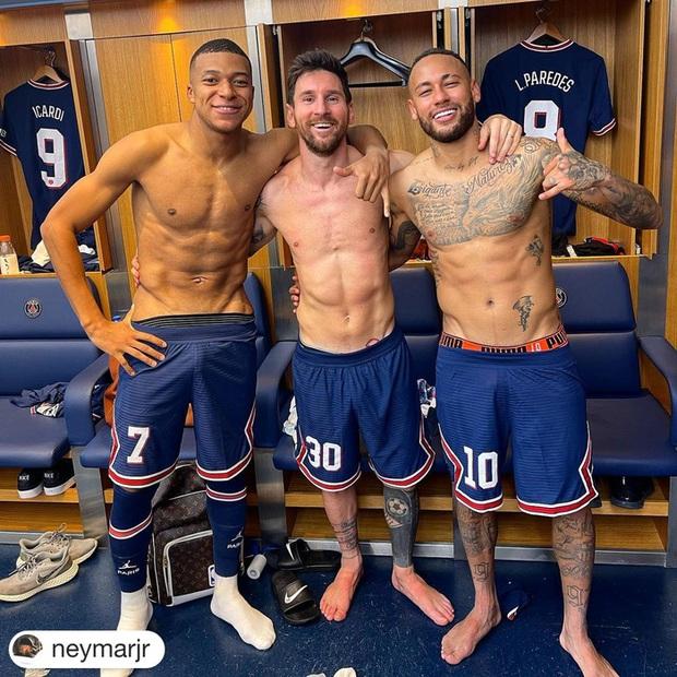 Neymar cười đau ruột vì Messi phải nằm bò dưới sân làm hàng rào tới 2 lần - Ảnh 8.