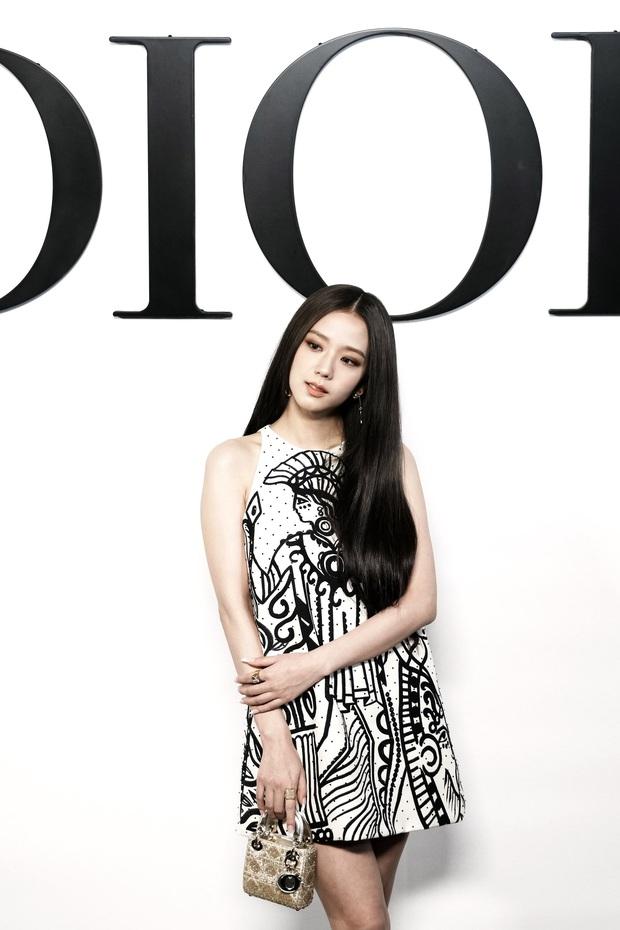 Rosé - Jisoo tại Fashion Week năm nay: Xinh sẵn rồi nên mặc nhạt cho bớt hấp dẫn? - Ảnh 1.