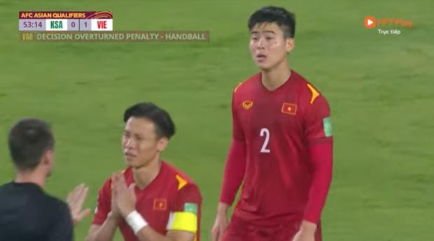 Hình ảnh thương nhất trên sân bóng: Quế Ngọc Hải chắp tay, năn nỉ trọng tài sau khi Duy Mạnh bị phạt thẻ đỏ - Ảnh 4.