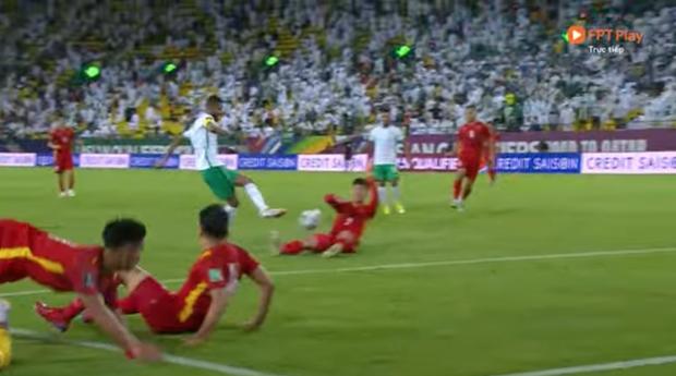 Hình ảnh thương nhất trên sân bóng: Quế Ngọc Hải chắp tay, năn nỉ trọng tài sau khi Duy Mạnh bị phạt thẻ đỏ - Ảnh 2.