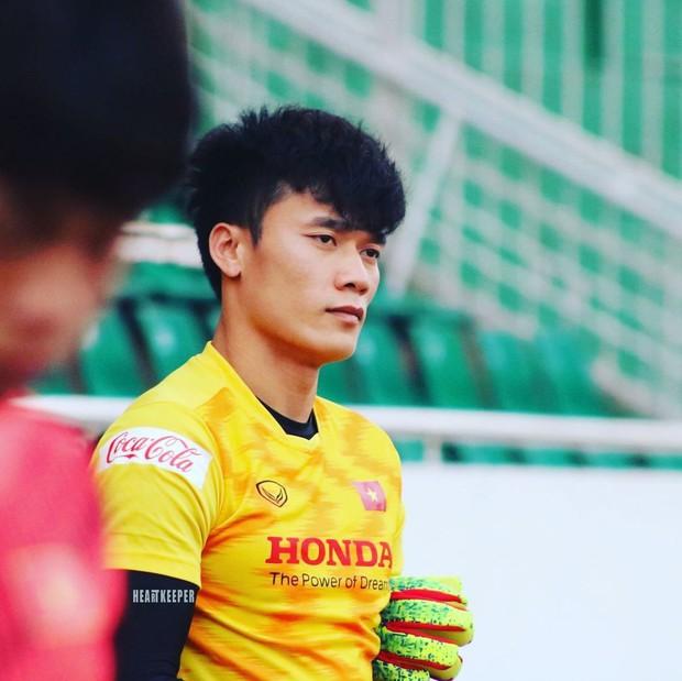 Im lặng khi ĐT Việt Nam thi đấu, thủ môn Bùi Tiến Dũng lại nói với Duy Mạnh điều này sau vụ thẻ đỏ oan nghiệt - Ảnh 2.