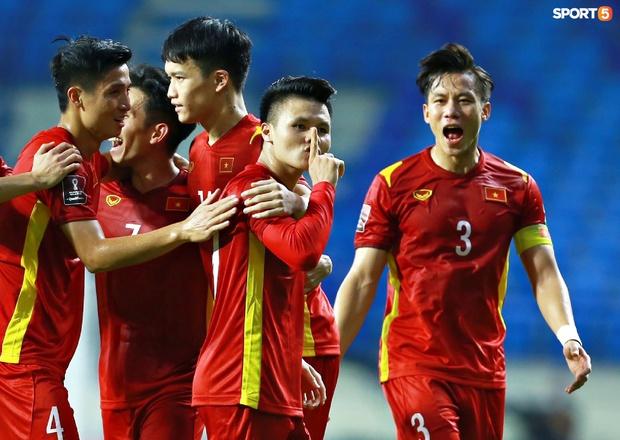 Chủ tịch Văn Toàn vẫn tranh thủ bán áo trong lúc đồng đội ghi bàn: Ai tên Hải giảm 30%, tên Nguyễn Quang Hải giảm 50% - Ảnh 1.
