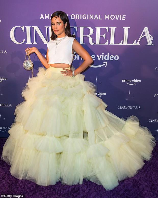Shawn - Camila dự thảm đỏ Cinderella: Chàng lên đồ xuyên thấu khoe... lông ngực, nàng thả rông táo bạo nhưng mặc cái gì thế này? - Ảnh 5.