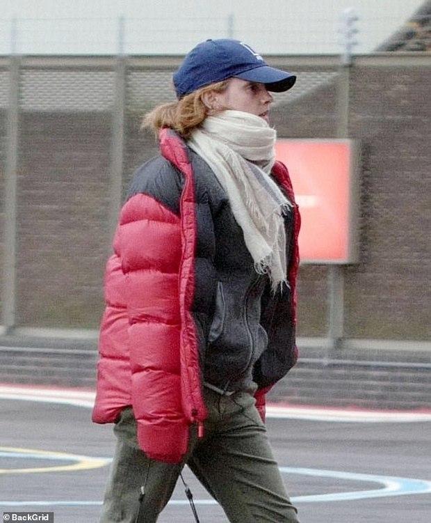 Không nhận ra Hermione Emma Watson ngày nào: Đi phi cơ riêng nhưng ngoại hình già xọm kém sắc đến ngỡ ngàng - Ảnh 2.