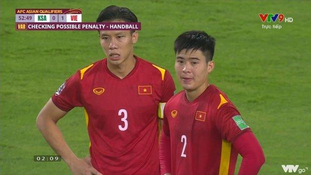 Hình ảnh thương nhất trên sân bóng: Quế Ngọc Hải chắp tay, năn nỉ trọng tài sau khi Duy Mạnh bị phạt thẻ đỏ - Ảnh 3.