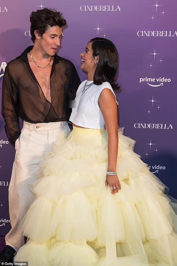 Shawn - Camila dự thảm đỏ Cinderella: Chàng lên đồ xuyên thấu khoe... lông ngực, nàng thả rông táo bạo nhưng mặc cái gì thế này? - Ảnh 3.