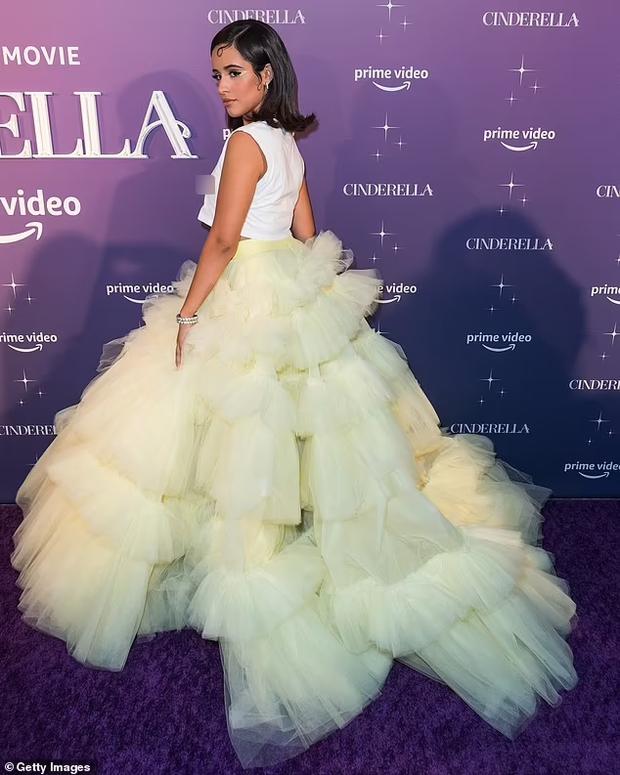 Shawn - Camila dự thảm đỏ Cinderella: Chàng lên đồ xuyên thấu khoe... lông ngực, nàng thả rông táo bạo nhưng mặc cái gì thế này? - Ảnh 7.