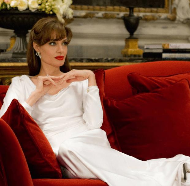 Trắng đúng là màu tương sinh của Angelina Jolie, hèn gì cô cứ diện là tỏa sáng như sao - Ảnh 1.