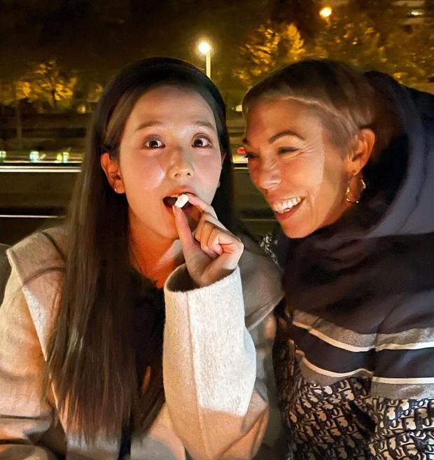 Hé lộ bữa tối của Jisoo (BLACKPINK) với giám đốc Dior quyền lực trên du thuyền sang chảnh, đôi chân dài chiếm trọn spotlight - Ảnh 2.