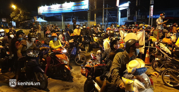 Đến 23h khuya 30/9, hàng trăm người dân vẫn dồn ứ tại cửa ngõ TP.HCM vì muốn về quê - Ảnh 1.
