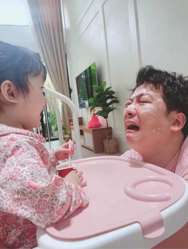 Lộ cận mặt cưng xỉu của ái nữ nhà Trường Giang, làm gì khiến bố bỉm có biểu cảm khổ sở thế này? - Ảnh 2.