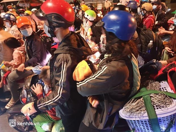 Đến 23h khuya 30/9, hàng trăm người dân vẫn dồn ứ tại cửa ngõ TP.HCM vì muốn về quê - Ảnh 4.