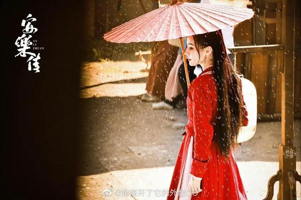 Địch Lệ Nhiệt Ba che ô đẹp như mơ trong An Lạc Truyện, netizen lại phê phán này là học Triệu Lộ Tư hả trời? - Ảnh 2.