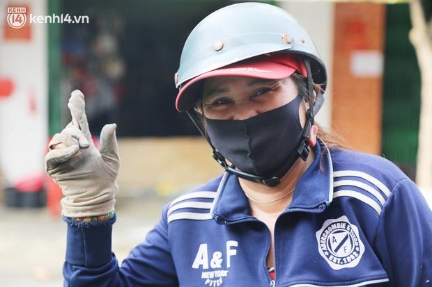Buổi chiều như 30 Tết ở Sài Gòn sau gần 90 ngày giãn cách: Người dọn dẹp nhà cửa, người dắt xe đi sửa, ai cũng háo hức đợi ngày mai nới lỏng - Ảnh 3.