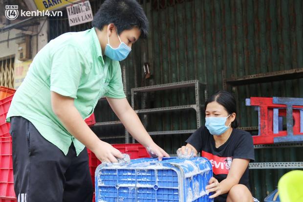 Buổi chiều như 30 Tết ở Sài Gòn sau gần 90 ngày giãn cách: Người dọn dẹp nhà cửa, người dắt xe đi sửa, ai cũng háo hức đợi ngày mai nới lỏng - Ảnh 8.