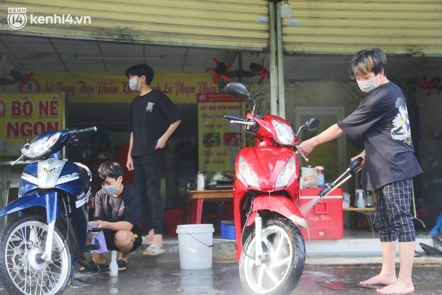 Buổi chiều như 30 Tết ở Sài Gòn sau gần 90 ngày giãn cách: Người dọn dẹp nhà cửa, người dắt xe đi sửa, ai cũng háo hức đợi ngày mai nới lỏng - Ảnh 4.