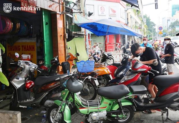 Buổi chiều như 30 Tết ở Sài Gòn sau gần 90 ngày giãn cách: Người dọn dẹp nhà cửa, người dắt xe đi sửa, ai cũng háo hức đợi ngày mai nới lỏng - Ảnh 10.