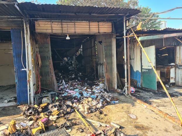 Hà Nội: Cháy lớn 4 ki ốt kinh doanh tại chợ tạm lúc rạng sáng, khói lớn bốc cao ngùn ngụt - Ảnh 3.