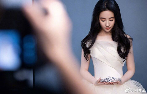 Lưu Diệc Phi trên ảnh quảng cáo Chaumet: Diễm lệ đến mức có người coi là Đại sứ đẹp nhất châu Á, lu mờ cả Song Hye Kyo? - Ảnh 1.