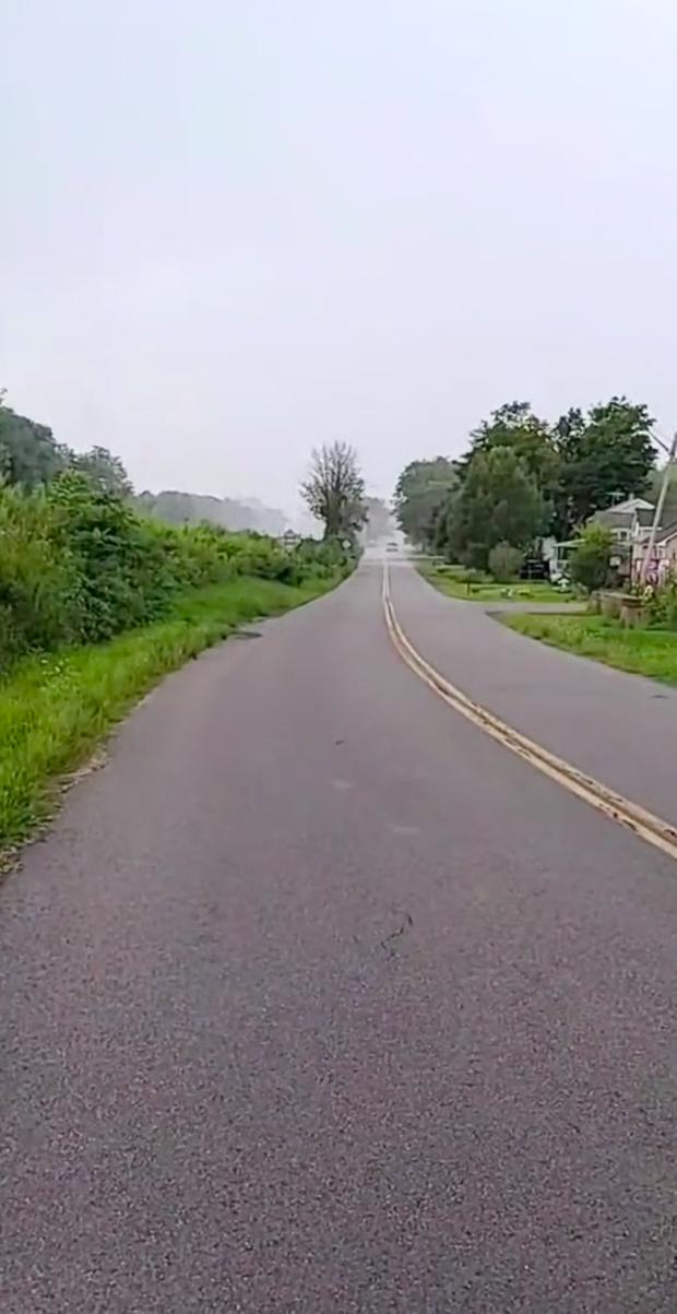 """Clip SIÊU HIẾM: Cảnh tượng cơn mưa """"đuổi theo"""" con người, dù thế nào chúng ta cũng không chạy thoát được! - Ảnh 1."""