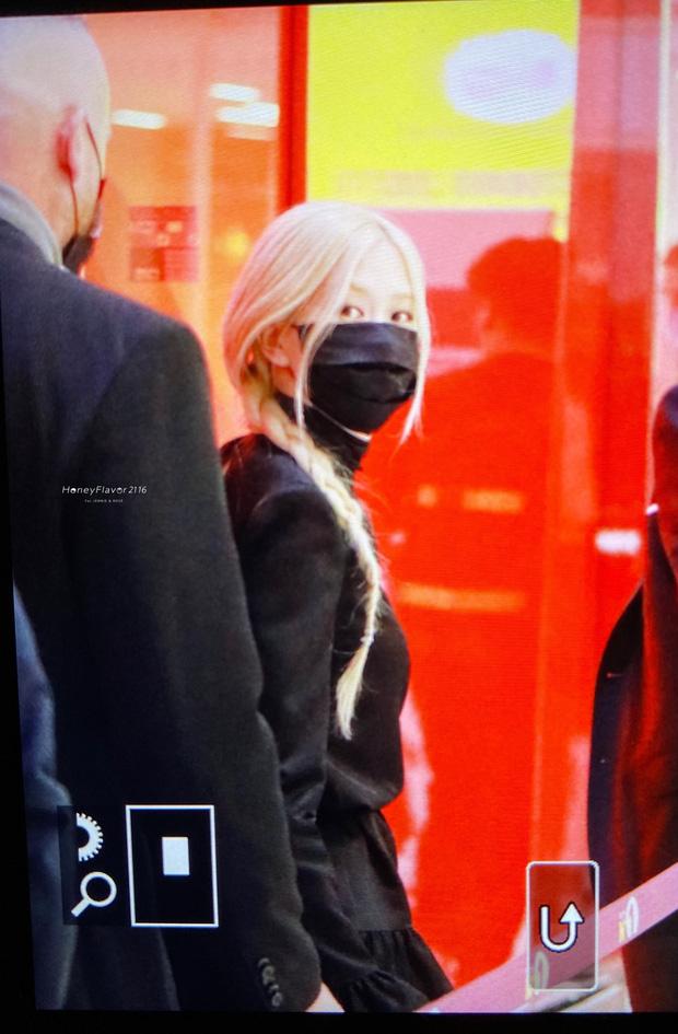 Rosé (BLACKPINK) đổ bộ sân bay Paris về Hàn sau Fashion Week: Mặt xinh như tiên tử, nhưng váy ngắn cũn chỉ sợ hớ hênh - Ảnh 9.
