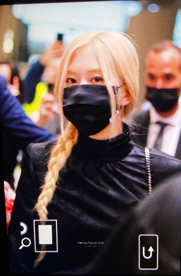 Rosé (BLACKPINK) đổ bộ sân bay Paris về Hàn sau Fashion Week: Mặt xinh như tiên tử, nhưng váy ngắn cũn chỉ sợ hớ hênh - Ảnh 2.