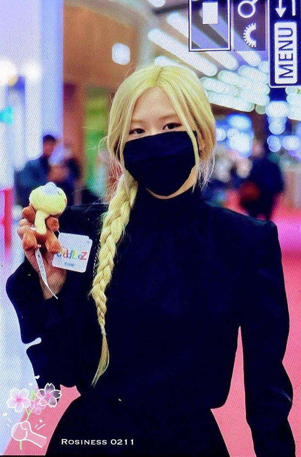 Rosé (BLACKPINK) đổ bộ sân bay Paris về Hàn sau Fashion Week: Mặt xinh như tiên tử, nhưng váy ngắn cũn chỉ sợ hớ hênh - Ảnh 4.
