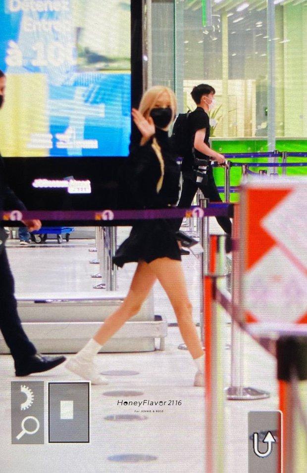 Rosé (BLACKPINK) đổ bộ sân bay Paris về Hàn sau Fashion Week: Mặt xinh như tiên tử, nhưng váy ngắn cũn chỉ sợ hớ hênh - Ảnh 8.